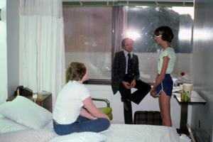 Figura 20- Fima Lifshitz atendendo suas pacientes portadoras de Anorexia nervosa internadas no NSUH para tratamento. Era a primeira vez que eu via este tipo de doença.