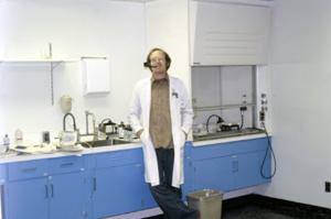Figura 21- Saul Teichberg em seu Centro de Microscopia Eletrônica.
