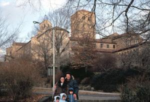 Figura 13- A família em visita ao Cloister um castelo medieval trazido da Europa por um milionário americano e transplantado no norte de Manhattan.