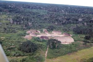 Figura 5- Vista aérea de 2 aldeias distintas do Alto Xingu. Notar a disposição circular das ocas e no centro do pátio observa-se a casa das flautas.
