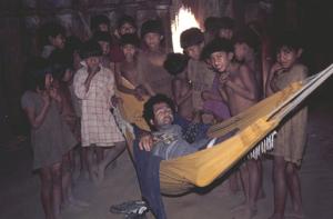 Figura 14- Visita a aldeia Kuikuru na década de 1970 sendo hospedado na oca do chefe e me divertindo com as crianças da aldeia.