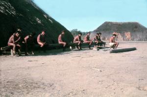Figura 15- Homens índios socializando em frente a uma oca no fim de tarde.