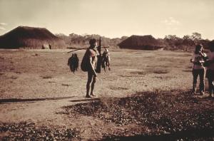 Figura 20- Homem índio chegando de uma pescaria proveitosa.