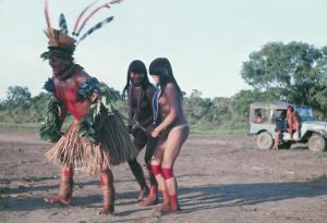 Figura 21- Índio dançando no fim de tarde, divertindo-se como de hábito.