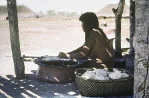 Figura 22- Mulher índia em uma das inúmeras etapas do processamento da mandioca para o preparo do beiju.