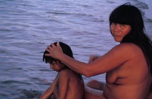 Figura 23- Índia dando banho em seu filho à beira do lago.