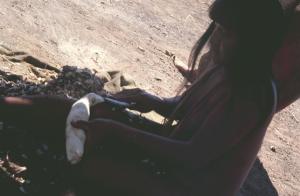 Figura 1- Mulher índia no processo de descascar a mandioca.