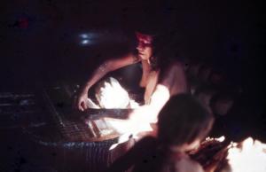 Figura 4- Mulher índia peneirando a mandioca.
