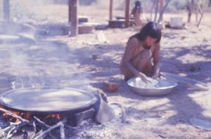 Figura 8- Preparo do beiju, mulher índia com o polvilho em suas mãos.