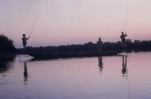 Figura 11- Homens índios pescando no lago próximo à aldeia.