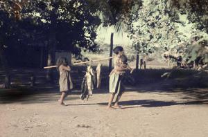 Figura 12- Mulheres índias carregando o fruto de uma pescaria exitosa.