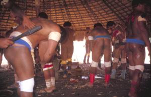 Figura 16- Índios se pintando em preparação para a festa do Quarup.