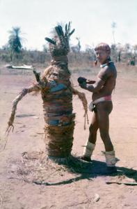 Figura 20- Festa do Javari, índio construindo totem para as disputas de arco e flecha.
