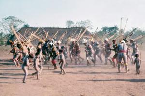 Figura 24- Festa do Javari. Índios dançando, inclusive as crianças que desde de tenra idade participam das cerimônias festivas.