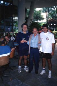 Figura 2- Recebendo o troféu de campeão do torneio de duplas dos Conselheiros do Clube Atlético Paulistano, juntamente com meu parceiro Egisto; entre nós o amigo Leonel (o popular papagaio).
