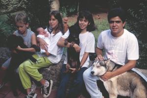 Figura 12- Walkyria ainda recém nascida com os irmãos Diego, Gabriela, Marina e Uly, junto com nossos cães: Tobi, Maguila e Megaron.