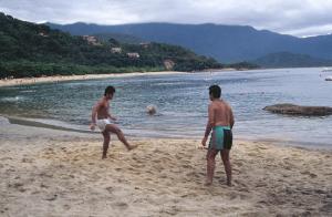 Figura 18- Uly e eu, desfrutando nossa paixão conjunta, em um fim de ano dos anos 1990 na praia Vermelha em Ubatuba, na casa do meu primo Américo.
