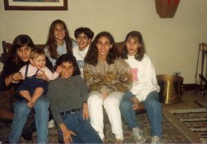 Figura 23- A equipe de Ginástica Olímpica completa que representou o Brasil no Campeonato Mundial de 1991, em visita à minha casa. Elas vieram do Rio de Janeiro aonde treinavam, inclusive Marina, que lá viveu todo um ano, para disputar um campeonato internacional em São Paulo.