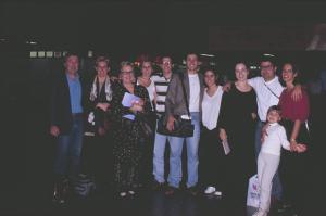 Figura 24- O grupo todo e mais alguns agregados no aeroporto de Guarulhos no momento da partida para Nova Iorque. Da esquerda para a direita: eu, Fábia, mãe de Dudu (namorado da Marina na época), Gabriela (filha da Fábia) e seu namorado na época, Dudu, Marina, Juliana, Uly, Carmem (namorada do Uly na época) e Walkyria.