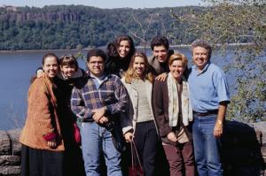 Figura 26- Toda a família e agregado tendo ao fundo o rio Hudson em visita aos Cloisters. Da esquerda para a direita: Juliana, Walkyria (minha filha com Fábia), Uly, Marina, Biba (filha de Fábia), Dudu, Fábia (minha mulher que faleceu em 2004) e eu.