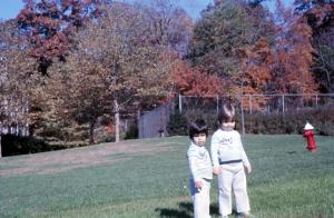 Figura 31- Marina e Juliana no quintal da nossa casa no outono de 1977; observar ao fundo o colorido das folhas que vão pouco a pouco mudando de cor e oferecem um aspecto maravilhoso da natureza.