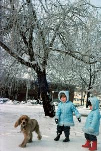 Figura 32- Juliana e Marina no inverno de 1978 no quintal do nosso prédio brincando com o cachorro de um nosso vizinho. Este foi um inédito e deslumbrante cenário, as águas da chuva, que caiu no dia anterior, se cristalizaram após um súbito decréscimo da temperatura abaixo de zero grau.