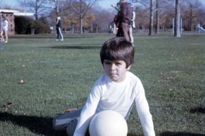 Figura 33- Uly com sua recentemente adquirida paixão, a bola de futebol, no Eisenhower Park, nosso parque predileto em Long Island. Foi aí que eu comecei a ensiná-lo os primeiros truques deste esporte fascinante.