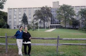 Figura 35- Marina e Juliana, tendo ao fundo o prédio aonde havíamos morado.
