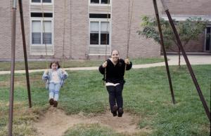 """Figura 37- Marina e Juliana recordando os tempos de criança no """"play ground"""" do prédio. Notar que Walkyria está desfocada, parece compor uma cena de """"revival"""" de Juliana quando criança."""