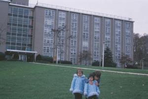 Figura 38- Juliana, Marina e Uly na frente do nosso prédio.