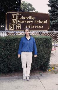 Figura 39- Marina em frente à escola maternal que frequentou.