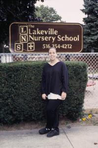 Figura 40- Juliana em frente à escola maternal que frequentou.
