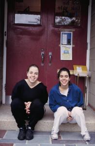 Figura 41- Juliana e Marina na porta de entrada da escola maternal.