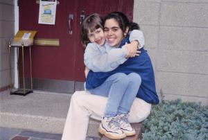 Figura 42- Marina e Walkyria na frente da escola maternal.
