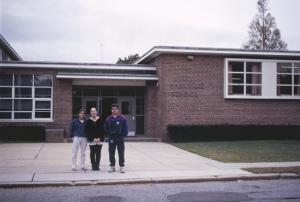 Figura 43- Uly e as irmãs em frente à escola de ensino fundamental que frequentou.