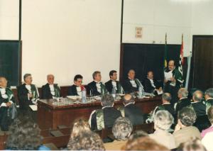 Figura 2- Cerimônia de posse de Professor Titular, em 1988. Acima Prof. Benjamin Kopelman faz o discurso de saudação a mim e abaixo Professor Nader Wafae, então Diretor da EPM, faz a colocação do símbolo da titularidade.