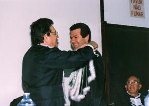 Figura 3- Cerimônia de posse de Professor Titular, em 1988. Acima Prof. Benjamin Kopelman faz o discurso de saudação a mim e abaixo Professor Nader Wafae, então Diretor da EPM, faz a colocação do símbolo da titularidade.