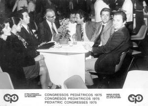 Figura 5- O Congresso Internacional de Pediatria de 1975, realizado no Pavilhão do Anhembi foi o marco inicial da nossa produção científica. Da esquerda para a direita, a Silvana, Eurídice, eu, Jorge Ortiz, Mairon Lima, Ricardo Licastro, Horácio Toccalino e Sérgio Reppeto.