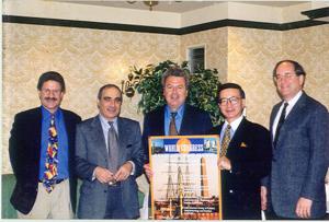 Figura 27- Organizadores do I World Congress of Pediatric Gastroenterology, Hepatology and Nutrition, reunidos em Denver, Colorado, em 1998. Da esquerda para a direita: Ron Sokol (Denver, NASPGHAN), Samy Cadranel (Bélgica, NASPGHAN), eu (LASPGHAN), Yuichiro Yamashiro (Japão, APPSPGHAN) e Harland Winter (Boston, NASPGHAN).