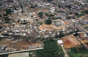 Figura 1- Visão aérea de uma parte da favela, aonde se visualizam os barracos e o córrego da Água Espraiada.