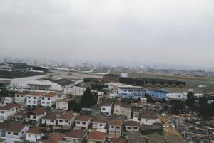Figura 2- Foto aérea obtida desde a favela avistando uma das cabeceiras da pista do aeroporto de Congonhas.