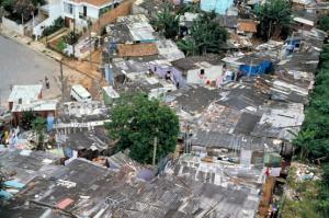 Figura 5- Vista aérea mais detalhada do conglomerado de barracos e o contato direto com a área urbanizada.