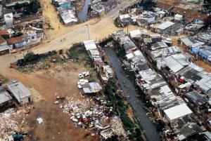 Figura 6- Vista aérea dos barracos margeando o córrego da Água Espraiada.