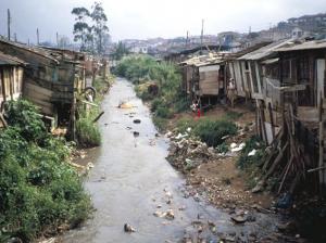 Figura 7- Visão do córrego da Água Espraiada repleto de lixo e alguns moradores, adultos e crianças nas suas imediações.