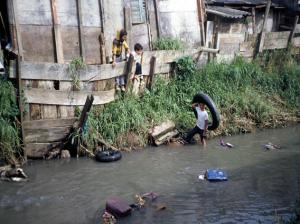 Figura 9- Crianças moradoras da favela brincando dentro e às margens do córrego.