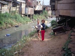 Figura 11- Crianças moradoras da favela às margens do córrego.