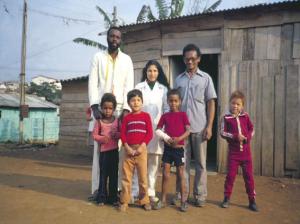 Figura 13- Nossa equipe de trabalho com os moradores locais: da esquerda para a direita Tuta, Magnólia e Henrique, com algumas crianças da comunidade.
