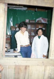 Figura 17- Dra. Márcia Kallas e a atendente Magnólia em atividade assistencial.