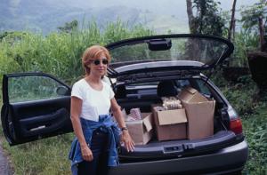 Figura 2- Profa. Isabel Scaletsky com o material de investigação no porta malas do meu carro, no início da nossa jornada no alto da serra de Angra dos Reis.