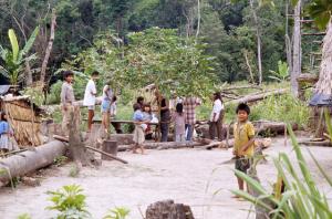 Figura 20- Vista parcial da aldeia e seus habitantes.
